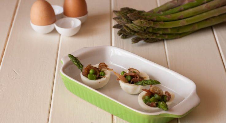 Uova ripiene di asparagi e piselli