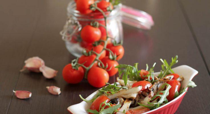 Insalata di seppie con pomodori e rucola