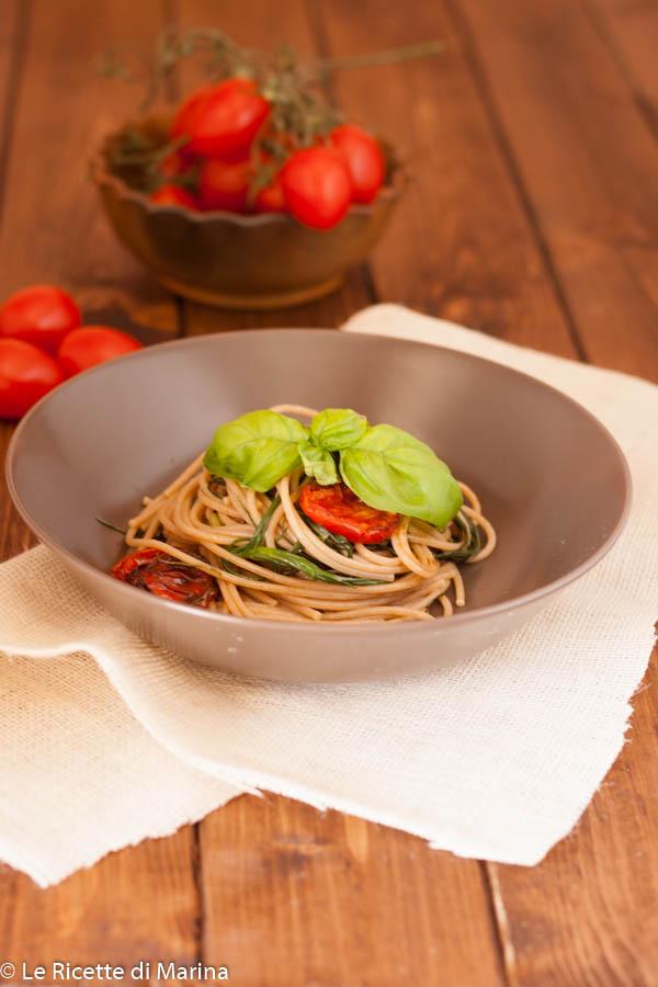 Spaghetti con agretti e pomodori confit