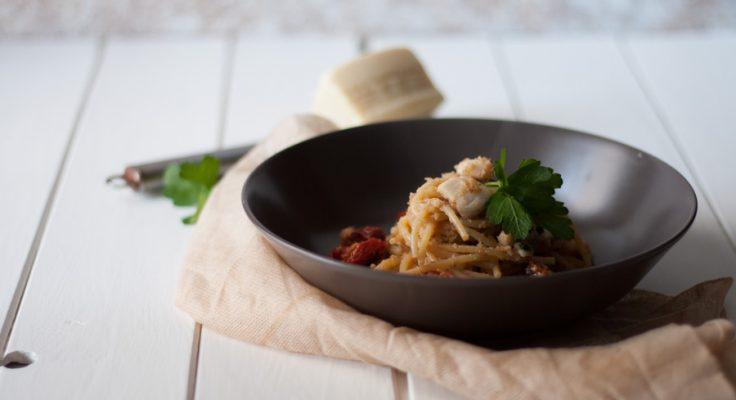 Pasta con pesce bandiera e pomodori secchi