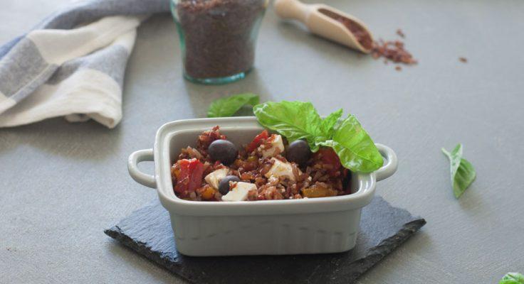 Insalata di riso rosso con peperoni feta e olive
