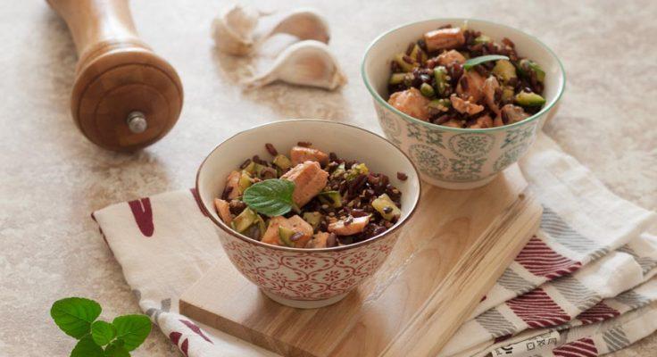 Insalata di riso rosso con zucchine e salmone