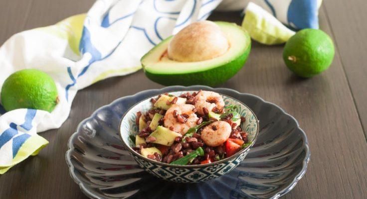 Insalata di riso rosso con avocado e gamberetti
